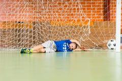 Junger Torhüter verfehlte den Ball Lizenzfreie Stockfotografie