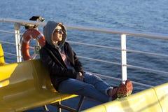 Junger Tourist auf Fähre stockfoto