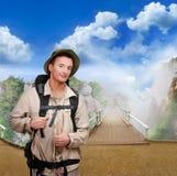 Junger Tourist auf hölzerner Brücke stockbild