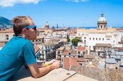 Junger Tourist beobachtet die Stadt von Palermo von oben lizenzfreie stockfotos