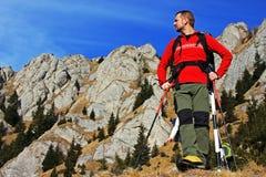 Junger Tourist, der die Ansicht in Ciucas-Berge, Rumänien bewundert Stockfotografie
