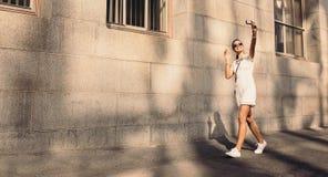 Junger Tourist, der ein selfie geht in die Straße nimmt Lizenzfreie Stockfotos