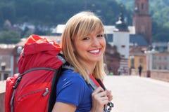 Junger Tourist in Europa lachend über Kamera Lizenzfreies Stockbild