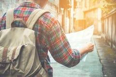 Junger Tourist mit einem Bart, der eine Karte hält, wohin man reist Stockfotos
