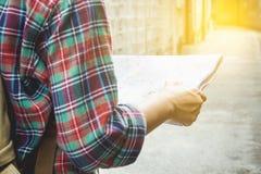 Junger Tourist mit einem Bart, der Karte hält, wählen, wohin man reist Stockfotos