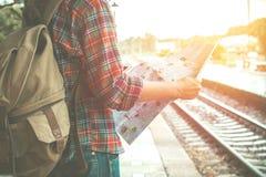 Junger Tourist mit einem Bart, der Kartenreisekonzept hält Stockbild