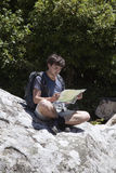 Junger Tourist mit einer Karte Lizenzfreie Stockfotos