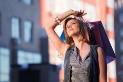Junger träumender Käufer Stockfotos