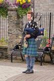 Junger traditioneller schottischer Dudelsackspieler stockfoto