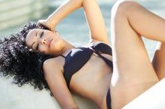 Junger tragender Bikini der schwarzen Frau lizenzfreie stockfotos