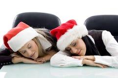 Junger tragender Weihnachtsunternehmenshut und -c$schlafen Lizenzfreie Stockfotos