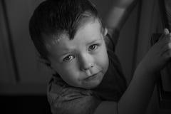 Junger trauriger Junge, der oben schaut lizenzfreies stockfoto