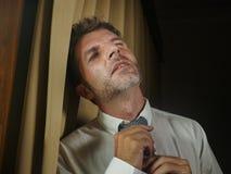 Junger trauriger und deprimierter Geschäftsmann, der frustrierte leidende Krise und das Problem der Krawatte Gefühl sich lehnt au lizenzfreie stockfotos