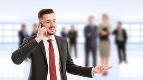 Junger und erfolgreicher Geschäftsführer, der Telefon verwendet Stockfotografie