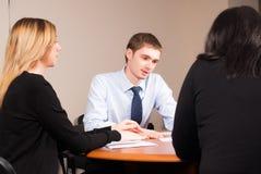 Junger und erfolgreicher Geschäftsmann im Büro Lizenzfreies Stockfoto