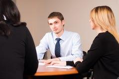 Junger und erfolgreicher Geschäftsmann im Büro Lizenzfreie Stockbilder
