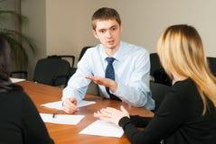 Junger und erfolgreicher Geschäftsmann im Büro Stockbilder