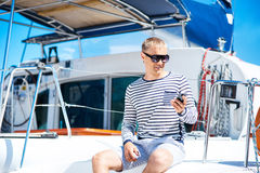 Junger und hübscher blonder Mann, der an einem Handy spricht Lizenzfreies Stockbild