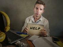 Junger unordentlicher und deprimierter Geschäftsmann, der den Notizblock bittet um die Hilfe hoffnungslos und traurig am Bürolapt Stockfotografie