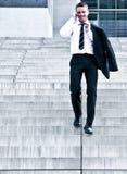 Junger Unternehmensmann auf Firma-Treppen Lizenzfreies Stockfoto