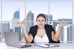 Junger Unternehmer verwechselt mit ihrem Job Lizenzfreie Stockfotografie