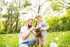 Junger Vater mit kleinem Jungen mit Kamera im Sommerpark Stockfoto