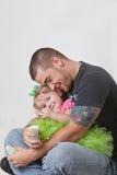 Junger Vater mit Schätzchen. Stockbilder