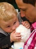 Junger Vater mit Schätzchensohn lizenzfreies stockbild