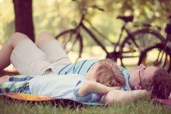 Junger Vater mit weniger Sonne am Sommerpark Lizenzfreie Stockbilder