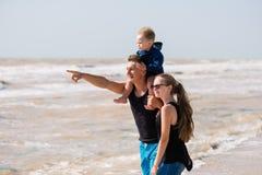 Junger Vater und Kinder auf dem Strand lizenzfreie stockbilder