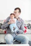 Junger Vater und sein kleines Baby zusammen Stockbilder