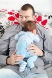 Junger Vater und sein kleines Baby zusammen Stockfotos