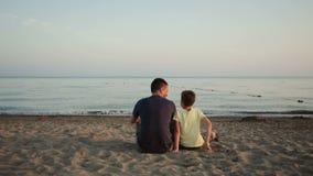 Junger Vater und Sohn auf dem Strand stock footage