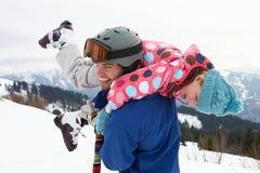 Junger Vater und Tochter auf Winter-Ferien Stockfotografie