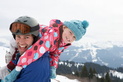 Junger Vater und Tochter auf Winter-Ferien Lizenzfreie Stockfotografie