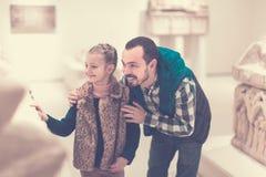 Junger Vater und Tochter, die alte Flachreliefs erforscht Stockfotografie