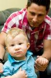 Junger Vati mit Sohn stockbilder