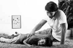 Junger Vati mit Sohn Stockfotografie