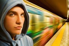 Junger Verbrecher in der Untergrundbahn lizenzfreie stockbilder