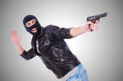 Junger Verbrecher mit dem Gewehr lokalisiert auf Weiß Lizenzfreie Stockfotografie