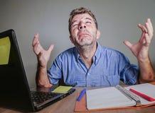 Junger verrückter betonter und überwältigter Mann, der das unordentliche Schreien hoffnungslos mit Laptop-Computer Gefühl erschöp stockfoto