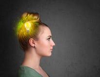Junger Verstand, der an grüne eco Energie mit Glühlampe denkt Lizenzfreie Stockfotos