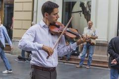 Junger Violinist, der auf einer Straße spielt Stockfoto