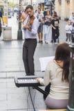 Junger Violinist, der auf einer Straße spielt Lizenzfreies Stockfoto