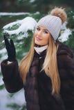Junger vorbildlicher Mädchenweg im Winterwald Stockfotos