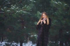 Junger vorbildlicher Mädchenweg im Winterwald Lizenzfreies Stockfoto