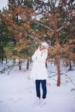 Junger vorbildlicher Mädchenweg im Winterwald Stockbild