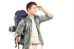 Junger Wanderer, der im Abstand schaut Stockbilder