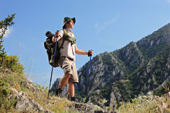 Junger Wanderer, der in Richtung des Gipfels blickt Stockfotos