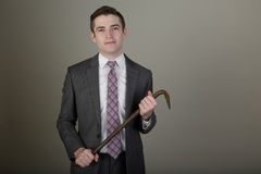 Junger weißer Geschäftsmann in einer Reihe mit einer Brechstange Lizenzfreie Stockfotos